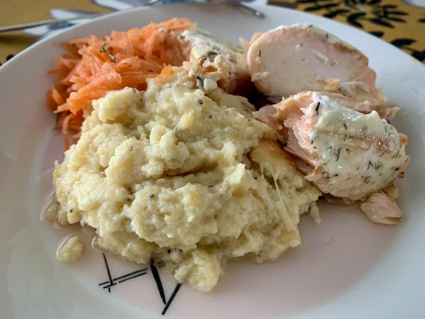 Annos lautasella, etualalla gratiinia ja lisäksi uunilohta ja porkkanaraastetta
