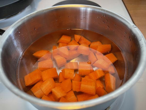 Porkkanat kiehumassa kattilassa